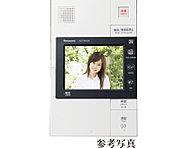 来訪者を各住戸から確認できるカラーモニター対応の録画録音機能付を採用しました。