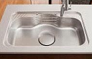 大きく使いやすいワイドタイプ。また、シンクにあたる水の音などを低減させる低騒音仕様です。