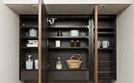 ミラーの裏側には収納棚を確保。洗面用具や化粧品などの小物類をすっきり収納できます。