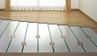 リビングダイニングの床には足元から優しく部屋全体を暖める床暖房を採用。ホコリを舞い上げることもなく空気はいつもクリーン。