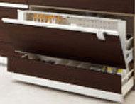 下部の収納は、便利なポケット付きのスライド収納を採用しています。