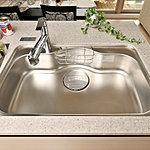 大きな鍋も洗える奥行きワイドなサイズ。家族との会話を楽しみながら作業ができる静音仕様です。