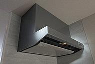 パワフルな吸引力で調理中の煙や臭いをすばやく排出。ホーロー整流板の採用で、面倒だったお手入れも簡単です。