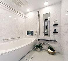 浴槽に入ってゆっくりリラクゼーション。モダンデザインの空間がさらに気持ちよさを高めます。すっきりとした清潔感の中に都会的なセンスを感じるバスルーム。心身をリフレッシュしていただける寛ぎを深めるスペースです。