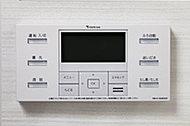 湯量や湯温設定などがスイッチひとつで簡単操作。浴室に加えキッチンにもコントローラーを設置しました。浴室内で音楽を聴くことも可能です。