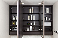三面鏡の鏡裏には全て収納を備えています。洗面用品や化粧品、ドライヤーなどをすっきり収められます。