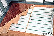 リビング・ダイニングにはTES温水式床暖房を設置。温風でほこりを巻き上げることなく、足元から部屋全体を暖めるクリーンで心地よい暖房設備です。