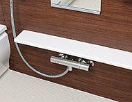 シャンプーやコンディショナーなど、浴室内の小物を整理できるスリムサイズのカウンターを用意しました。