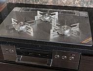 ガラストップコンロはワイド75cm幅。水無しで魚が両面焼ける無水両面焼きグリルやガスでご飯が炊ける機能など、便利・安全な機能を搭載。