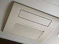 発汗を促すスプラッシュミスト、お肌のうるおいを高めるマイクロミストなど、3種類のミストサウナ機能付の浴室暖房乾燥機を採用。