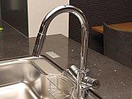 ドイツ・ハンスグローエ社の洗練されたデザインが美しい浄水器一体型混合水栓を採用。
