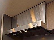 着脱可能な整流板はお手入れも手軽に行えます。空気の流れを作り換気効率を高めます。
