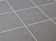 従来のタイル床に比べて約25%冷たさを軽減する特殊構造のサーモタイルを採用しています。