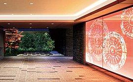 迎賓の空間を照らし出す光のアート。感性を刺激するエントランスホール。華やかな四条通から静寂私邸へとここを切り替える結界としての役割を果たすエントランスホール。祇園祭をモチーフにした幽玄な光のアートが心をいやすらぎへと誘います。