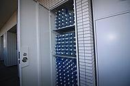 各住戸には、2Lペットボトル約150本分の容量がある専用防災倉庫を標準装備。 災害時などに必要なアイテムが収納されています。