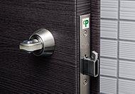 防犯性能の高いCP認定錠を採用し、不法解錠を抑止する、防犯サムターン・鎌デッド錠を装備。