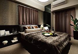 寝室には、大きなベッドを置いてもゆとりのあるスペースを確保。落ち着いた空間で、安らぎに満たされ、深いくつろぎの時間を過ごしていただけることでしょう。