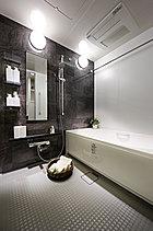 快適なリラックス空間を手に入れる。清潔さを保ち、掃除もしやすい設備を整えたバスルーム。いつでも快適なバスタイムをお過ごしいただけます。