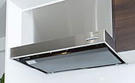 スタイリッシュな薄型のステンレスレンジフードを採用。整流板付だから高い吸引力で油煙をしっかり吸い込みます。
