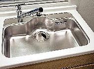 横幅、奥行、深さも充分な大型シンクは、水跳ねが少なく一度にたくさんの洗い物ができます。