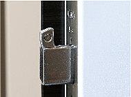 バールこじ開けに強い鎌デッド錠。鎌状にせり出してくるデッドボルトがストライク部にがっちりとかみ合い、こじ開けにくい構造となっています。