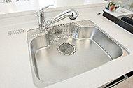 水栓から出る音がシンクに当たる音を抑える制音構造。リビングダイニング側にもれる音を抑えます。