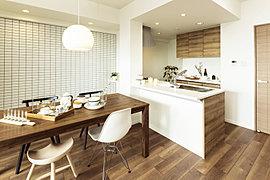 幅広のカウンターを完備したキッチンは、開放感に満ち足りたオープンスタイルに。料理をしながらご家族との会話も弾みます。