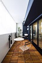 便利なスロップシンク付の大型バルコニーは、お洒落なアウトドア空間としてもご利用いただけます。オープンカフェで過ごすようにキモチのいい時間を満喫できます。