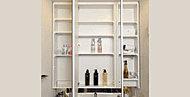 鏡裏に収納スペースを設けた4面ミラー。化粧品や洗面小物などがすっきりと収まります。