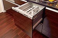 食後の食器洗いをサポートしてくれる便利な設備。出し入れしやすい引き出しタイプです。