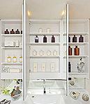 中央の鏡はくもり止めヒーター付き。鏡裏は、化粧品などがすっきり収まる収納スペースです。