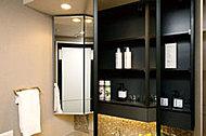 三面鏡の裏面は全面収納スペースで、化粧品小物や歯ブラシなどをすっきりと片づけられます。