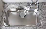 大きな鍋もラクに洗えるサイズ、水はね音を抑えるよう設計されています。
