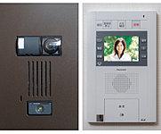 共用エントランス・住戸玄関ドア前で、来訪者を音だけでなく、画像で確認してから解錠が行える、カメラ付インターホンを採用。