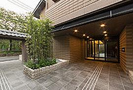 京町家の「見世庭」にあたり、パブリックな空間として機能。和の風情を感じる植栽やマテリアルなどで、庭のようなアプローチ空間をデザインしています。
