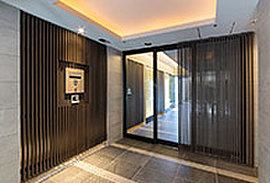 京町家の「玄関庭」にあたり、お客様を迎える空間。アプローチをクランクさせることで風除室のプライベート感が高まり、心地よい静寂が包み込みます。