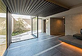エントランスホールは京町家の一番奥、大切なお客様をもてなすための「奥の間」をモチーフに。格子や和紙ガラスなどを設え、上質な迎賓空間を創出しました。