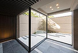 「奥の間」の特徴のひとつが、情緒ある坪庭空間に面していること。建物の中でも四季の移ろいを、心地よい自然の光を味わえる、京町家ならではの工夫です。