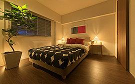 ダブルベッドを置ける広さを確保した洋室は、ご夫妻の主寝室に。室内を広くお使いいただけるよう、大型の荷物も片付くウォークインクロゼットを設けました。また窓辺には、空間のインテリア性を高めるカーテンボックスを備えています。