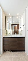身支度を整えるスペースとしてはもちろん、手洗いや洗濯スペースなど多彩な役割を担う洗面室にこそ収納力を確保。化粧小物やティッシュボックスが片付く三面鏡裏収納をはじめ、掃除用品のストックに便利なリネン庫、カウンター下収納などを設けています。