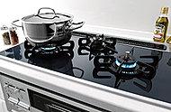 ガステーブルはトッププレートに耐熱セラミックガラスを採用。サッとひと拭きでお手入れカンタン。