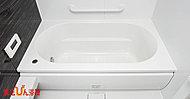 家族が安心して楽しく入浴できる工夫が色々あります。浴槽のふちを広めに設計してあるため先に体を洗ってもらった子どもが腰かけて待つこともできます