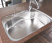 シンクの裏面に振動を軽減する素材を貼ることで、水はね音を抑えました。スポンジや洗剤を置けるワイヤーポケットが付いています。