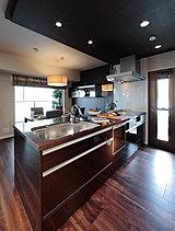 ディテールまで丹念に仕上げたスタイリッシュなキッチンは、スムーズな調理や作業をサポートする機能を充実させるだけでなく、優美なデザインなど、インテリアとしての美しさも大切なポイントです。