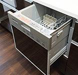 節水・節電に優れたビルトインタイプの食器洗い乾燥機を標準装備。排気口からの排気温度を低減させて、キッチンまわりの気温上昇を抑えます。