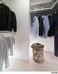 衣類が探しやすく、取り出しやすいように収納のハンガーパイプは上下2段に設置。各所に棚を設けることで、小物もすっきり、たっぷり収納できます。