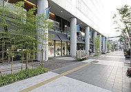 コモ・スクエア 約1,420m(徒歩18分)