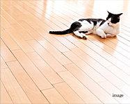 リビング・ダイニングの床には温水による輻射熱で部屋全体を足元から緩やかに暖める床暖房を採用。