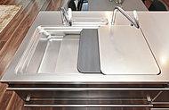 上段には調理台プレート、下段にはまな板をおさめることができ、広々とした作業スペースを確保できることで、調理効率がアップします。