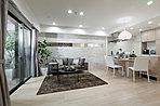 明るいカラーでコーディネートされたリビング・ダイニング・キッチン。魅せるキッチンとリビングのつながりにより、開放感のある広さを確保。(モデルルーム写真)